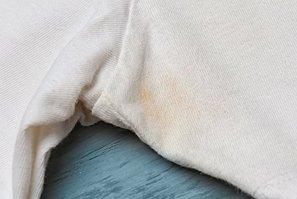 Cómo quitar las manchas de sudor de la ropa