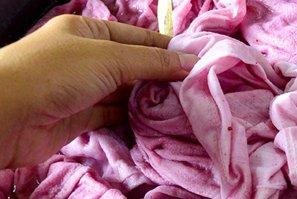 Trucos sencillos para recuperar tu ropa blanca teñida de rosa